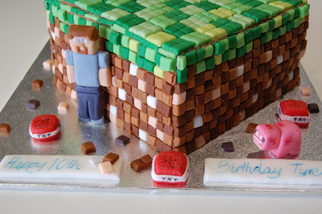 Finished cake with Steve and the pig